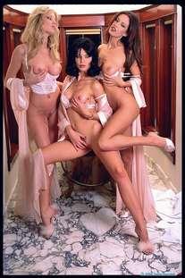 Три лесбиянки развлекаются